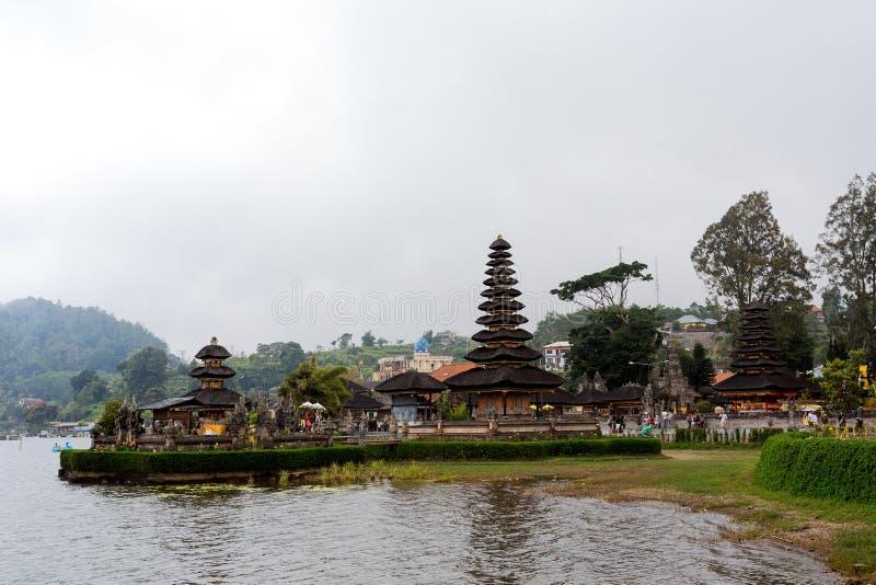 Pura Ulun Danu vattentempel på en sjö Beratan _ royaltyfria bilder