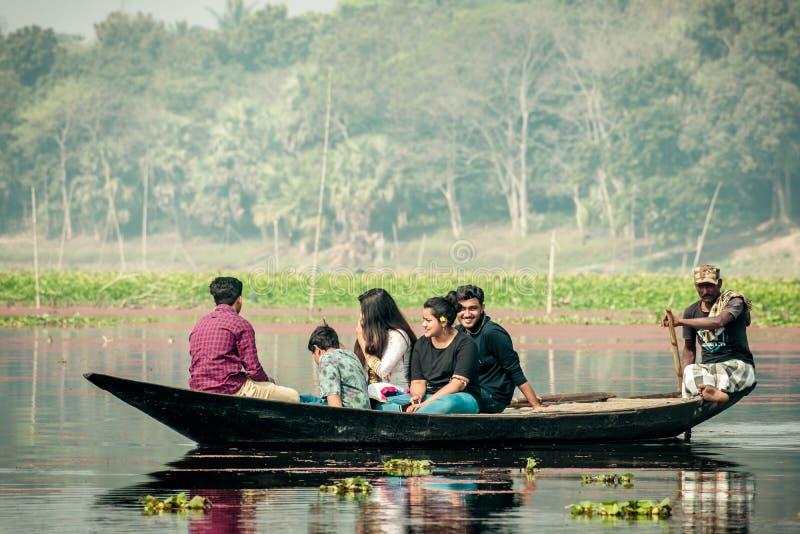 Purbasthali, lago OXBow, Chupi, Bardhaman, Bengala Occidental, la India 1 de diciembre de 2019 - gente del d?a de fiesta que mira imagenes de archivo