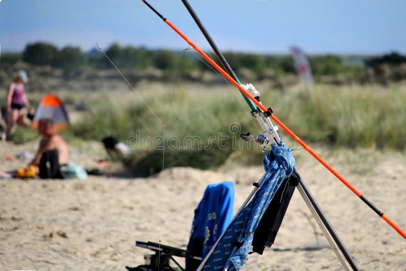 Purbeck, Dorset, Großbritannien - 2. Juni 2018: Schließen Sie herauf abstraktes Bild der Seeangelausrüstung mit Sanddüne- und Fei lizenzfreie stockfotos