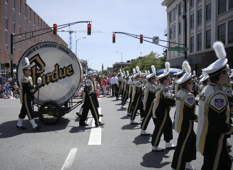 Purdue-Hochschulblaskapelle mit Weltgrößter Trommel bei der 500 Festival-Parade stockfoto