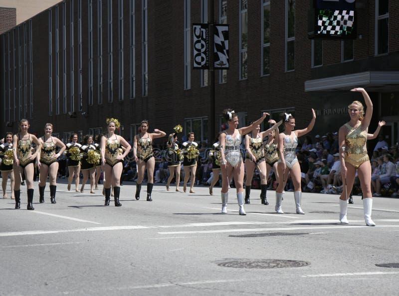 Purdue-Hochschulcheerleadern an der 500 Festival-Parade bei im Stadtzentrum gelegenem Indy lizenzfreie stockfotografie