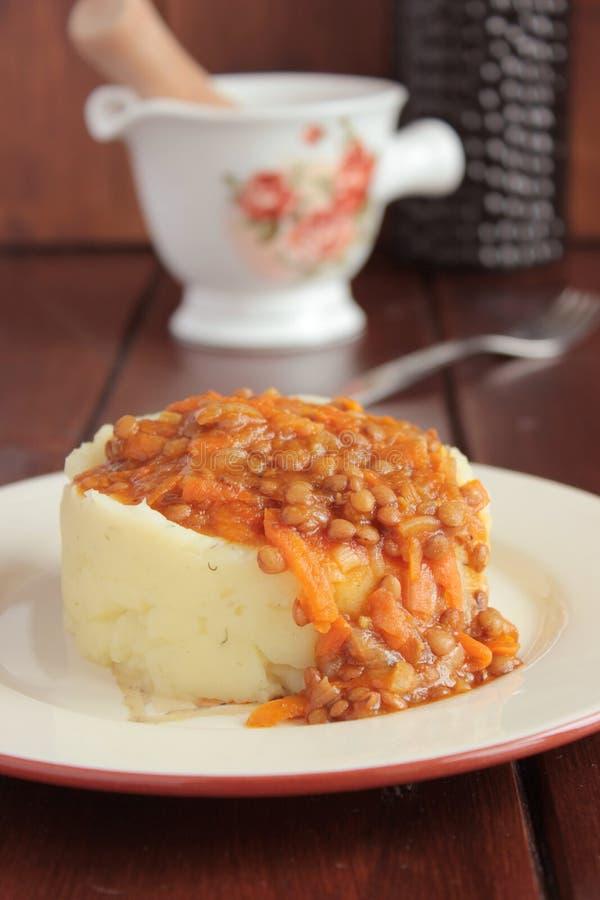 Puree ziemniaczane, sos soczewicy i warzywa, zdjęcie royalty free