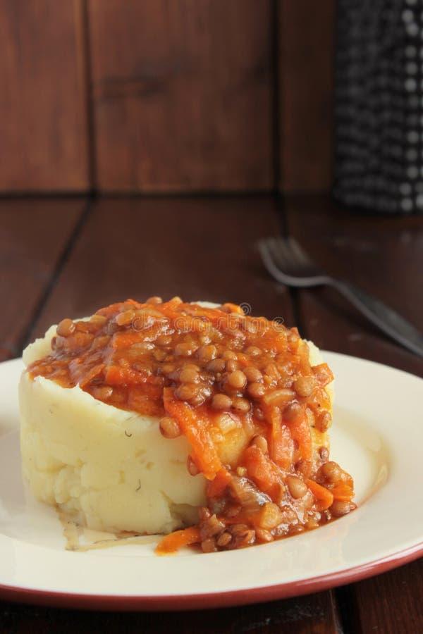 Puree ziemniaczane, sos soczewicy i warzywa, fotografia stock