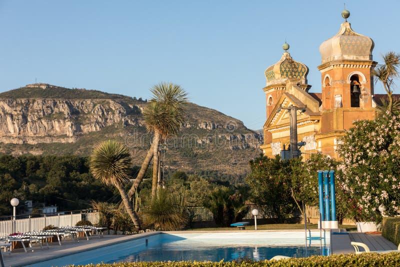 A pureza do corpo e da alma - piscina e igreja em Sant 'Agnello perto de Sorrento na costa de Amalfi imagem de stock
