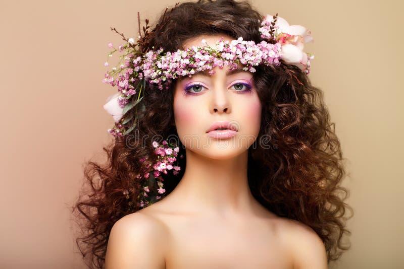 Pureza. Frescura. Virginidad. Mujer encantadora atractiva con los pelos muy rizados fotos de archivo