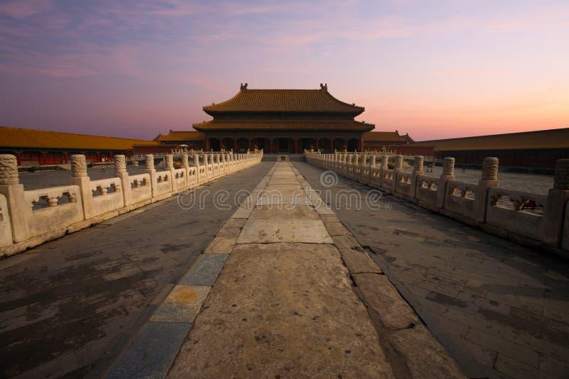 Purezza celestiale del palazzo della città severa alba fotografia stock libera da diritti