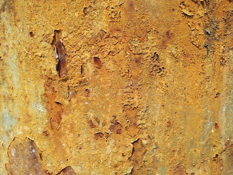 Purgamento em grão, descascando, fundo amarelo envelhecido imagem de stock