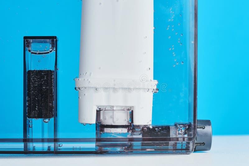 Purificação de água do filtro no recipiente da máquina do café Dispositivos de cozinha fotografia de stock royalty free