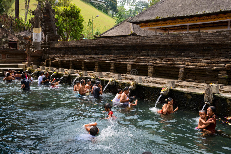 Purification i sakral helgedom fjädrar bevattnar, Bali royaltyfria bilder