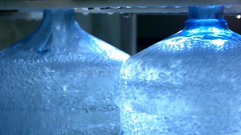 Purificazione di acqua alla fabbrica imbottigliante dell'acqua fotografia stock