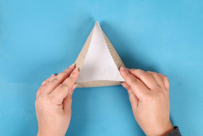 purim Diy曲奇饼hamantaschen有甜惊奇里面的纸板板材在蓝色背景 免版税库存图片