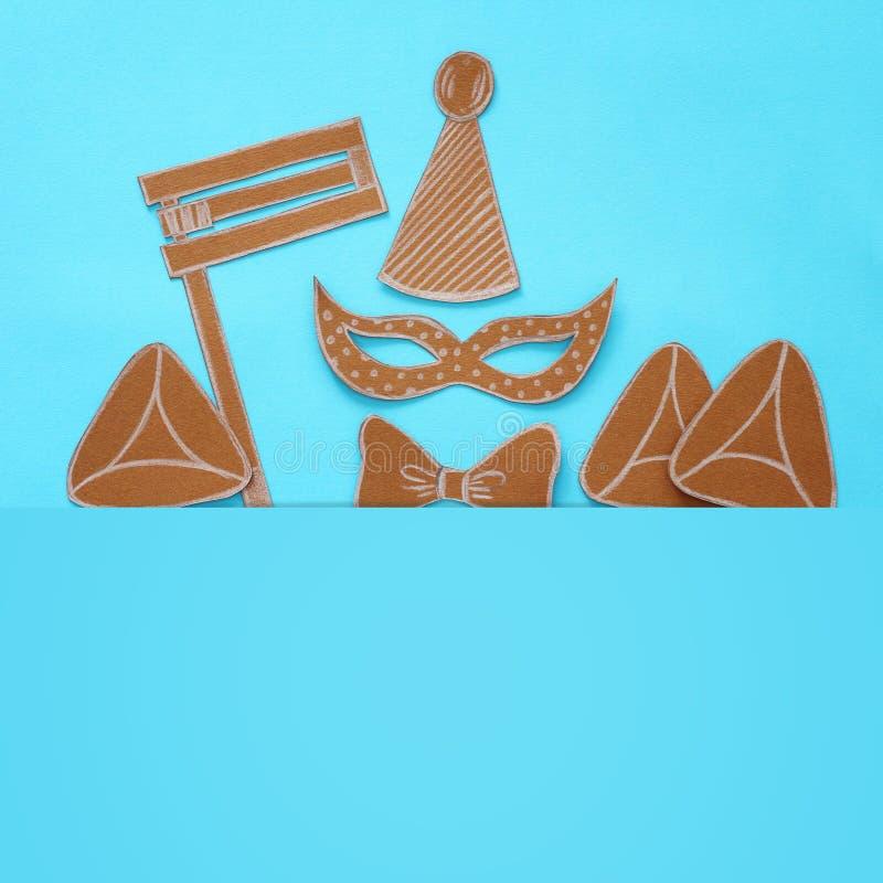 Purim-Feierkonzept u. x28; jüdisches Karneval holiday& x29; Traditionelle Symbolformen cutted vom Papier lizenzfreie stockfotos