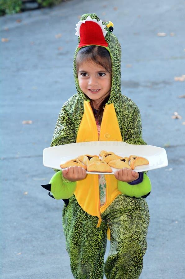 Purim judisk ferie - barnet bär Mishloach Manot royaltyfria bilder
