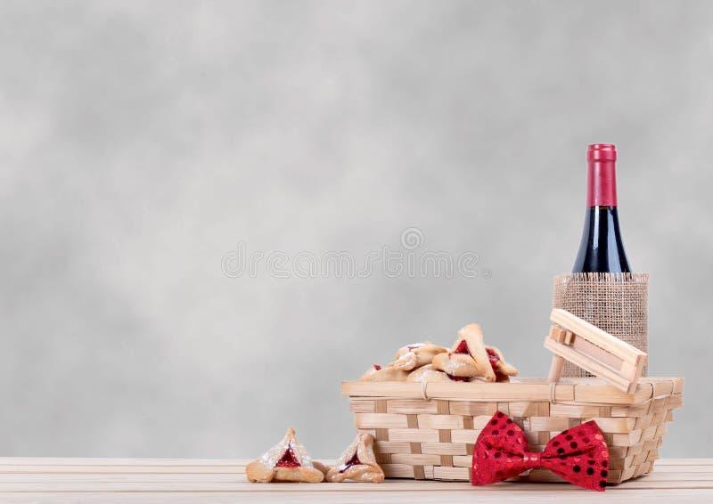 Purim tło z drewnianym stołem, hamantaschen wino i gragger zdjęcie stock