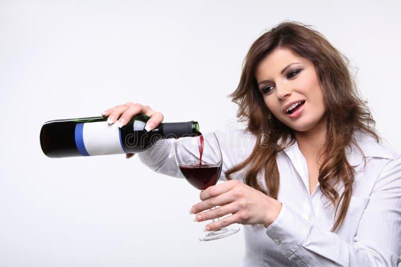puring rött vin arkivbilder