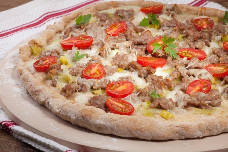 Purjolök- och köttpizza royaltyfri fotografi