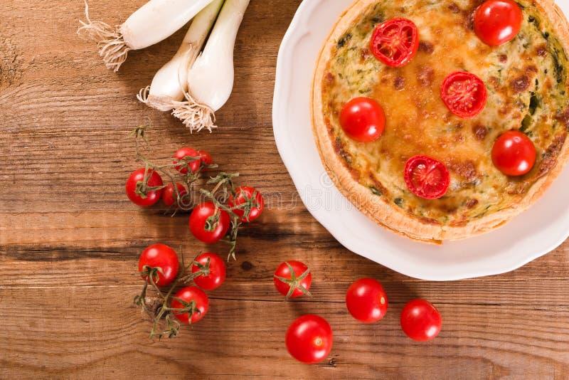 Download Purjolök- och tomatpaj fotografering för bildbyråer. Bild av näring - 78726291