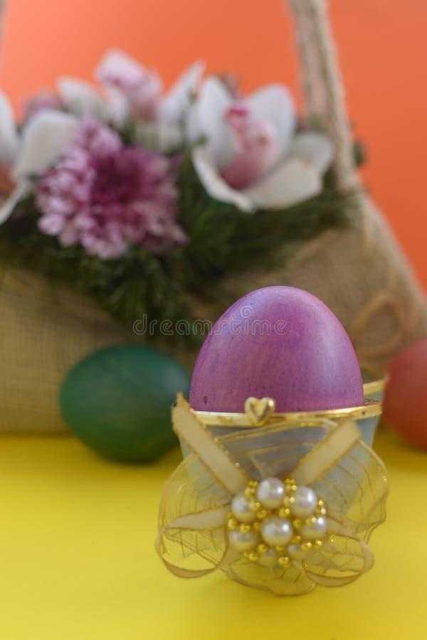 Purper ei in doos met gouden lint stock fotografie