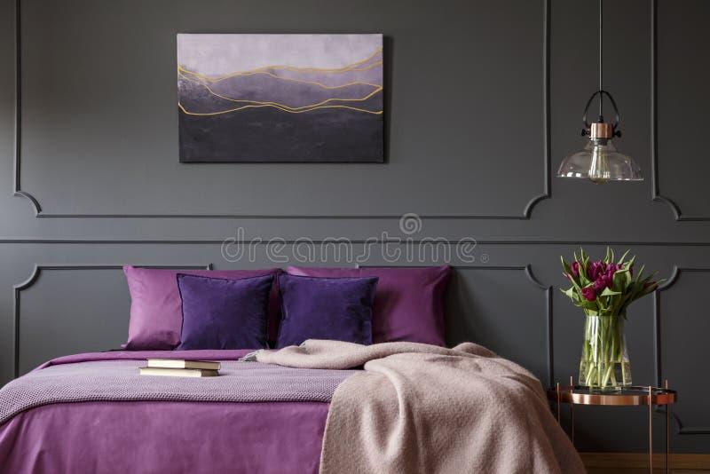Purper en grijs slaapkamerbinnenland royalty-vrije stock foto