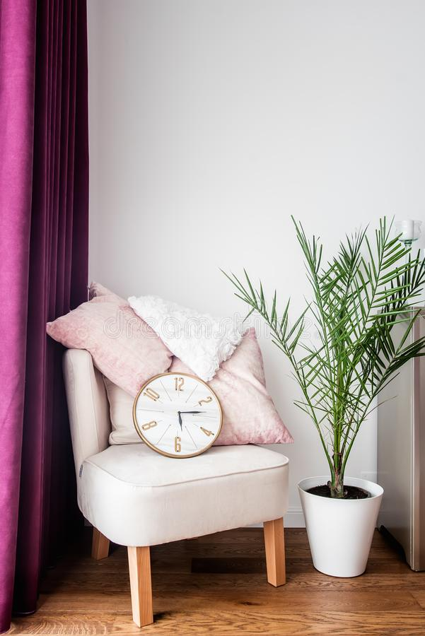 Purper gordijn, comfortabele leunstoel, hoofdkussens en TV-tribune in woonkamer royalty-vrije stock foto's