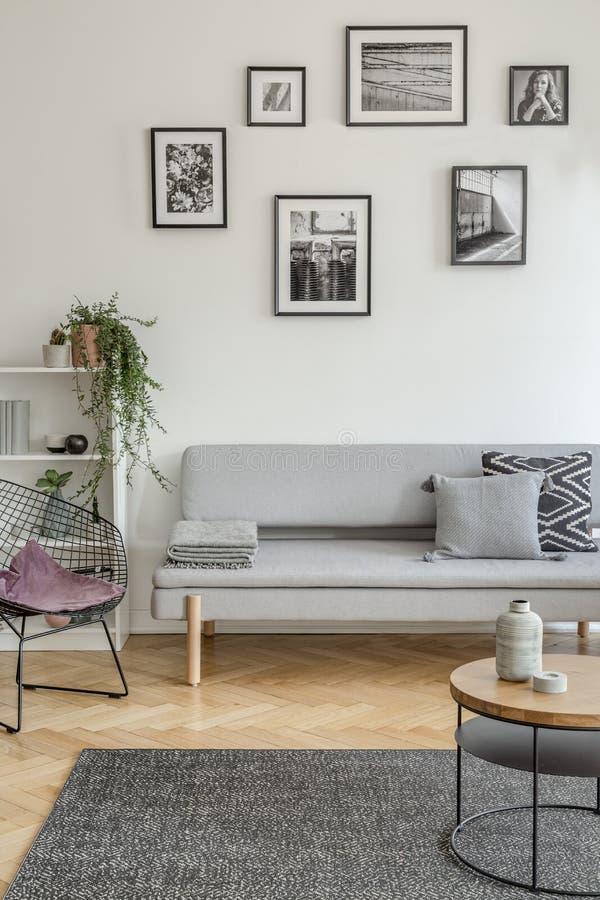 Purper hoofdkussen op modieuze metaalstoel in modieus woonkamerbinnenland met Skandinavisch ontwerp royalty-vrije stock afbeelding