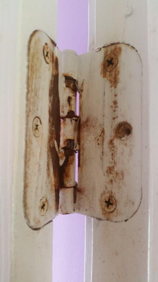 Purper licht door oude deurscharnier royalty-vrije stock foto