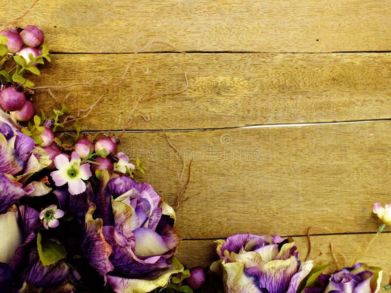 Purper rozenboeket met ruimte op houten achtergrond met filterkleur royalty-vrije stock foto