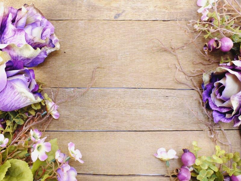 Purper rozenboeket met ruimte op houten achtergrond met filterkleur royalty-vrije stock afbeelding