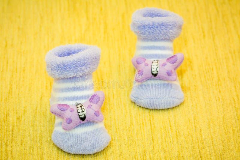 Purpere babyschoenen royalty-vrije stock afbeeldingen