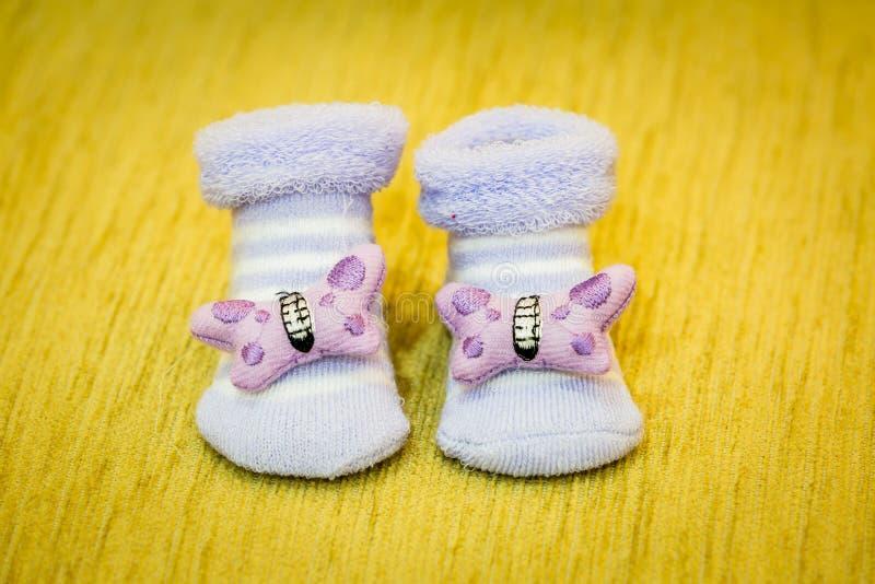 Purpere babyschoenen royalty-vrije stock foto