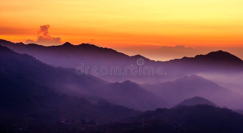 Purpere berg met zonsondergang over Minca in Colombia stock foto