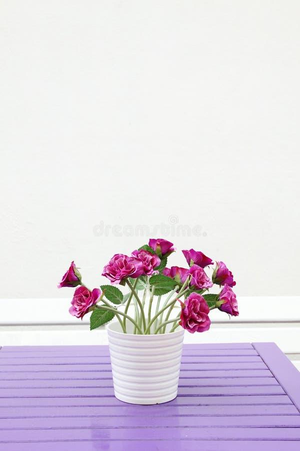 Purpere bloemen op een lijst stock foto