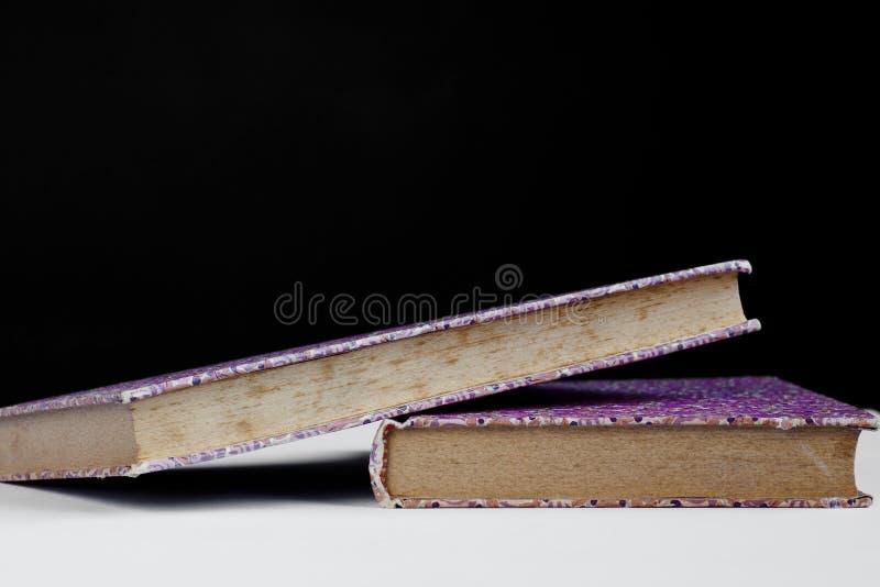 Purpere boeken stock foto