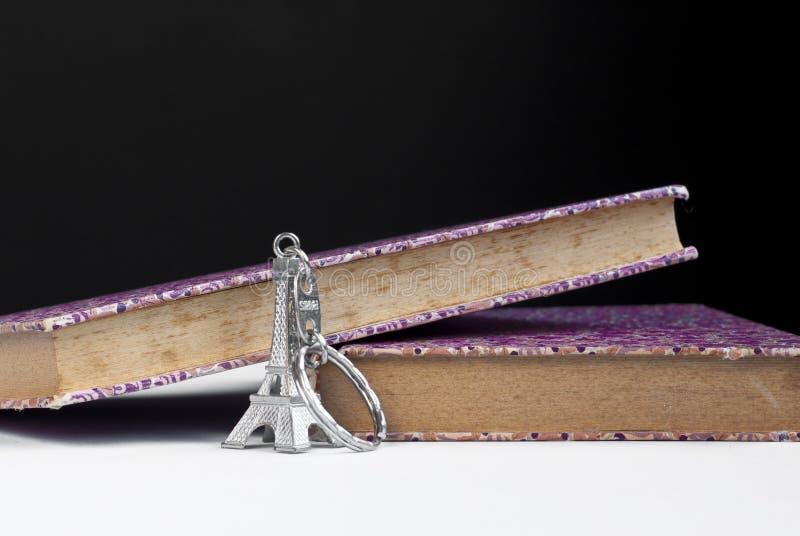 Purpere boeken en sleutelring royalty-vrije stock afbeeldingen