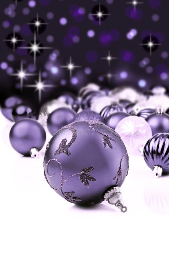 Purpere decoratieve Kerstmisornamenten royalty-vrije stock afbeeldingen