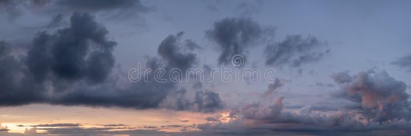 Purpere en oranje wolken bij zonsondergang royalty-vrije stock foto's