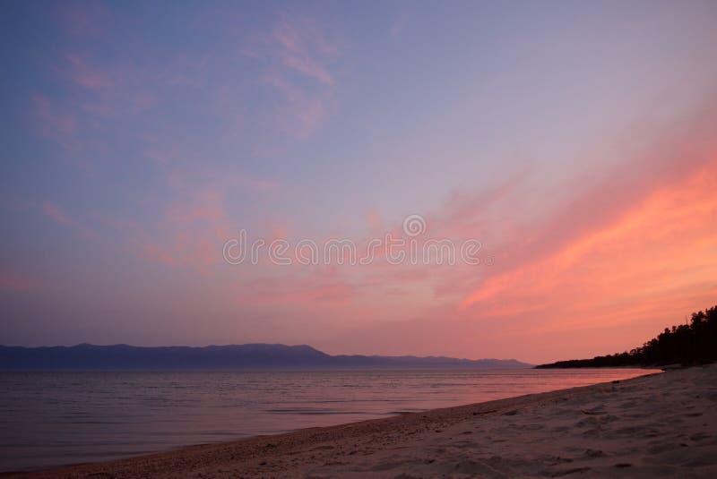 Purpere en roze zonsopgang over het meer van Baikal stock foto