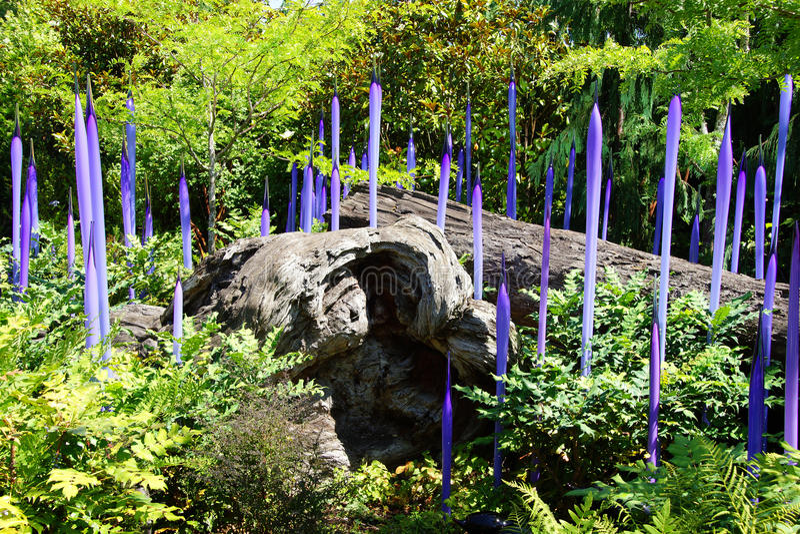 Purpere geblazen glazen buizen in Tuin royalty-vrije stock foto's