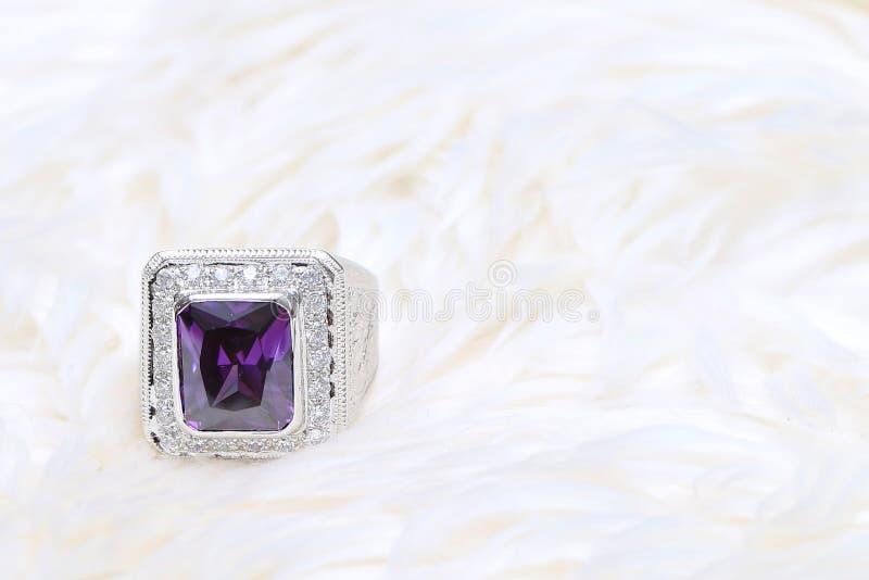Purpere halfedelsteen op diamantring stock foto