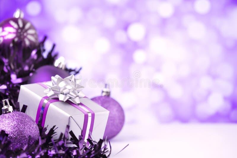 Purpere Kerstmisscène met snuisterijen en gift stock foto