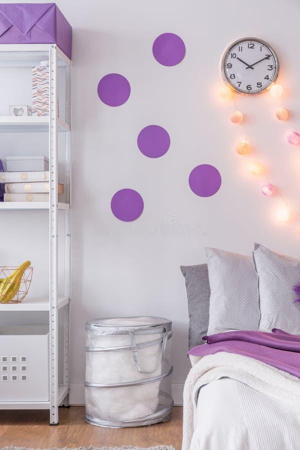 Purpere Muurdecoratie In Slaapkamer Stock Afbeelding - Afbeelding ...