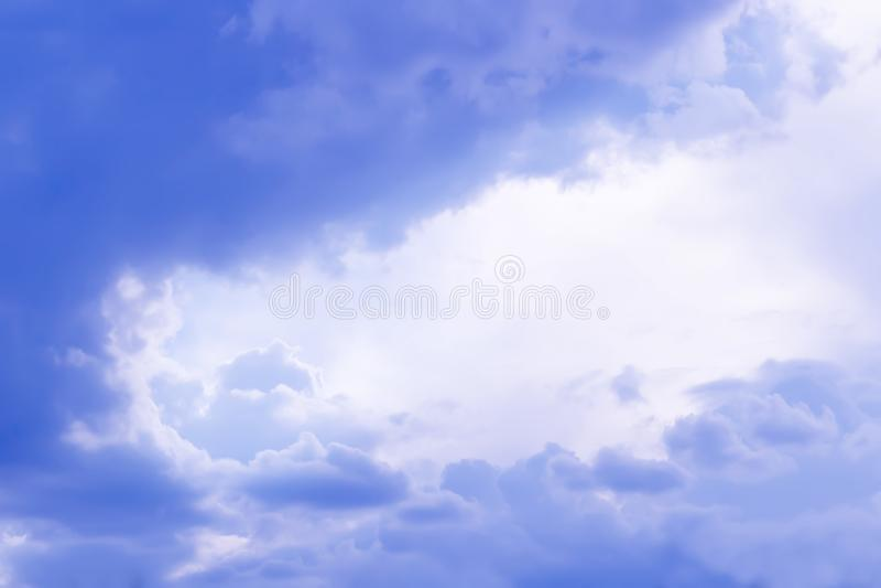 Purpere regenwolken Stormachtige hemelachtergrond royalty-vrije stock fotografie