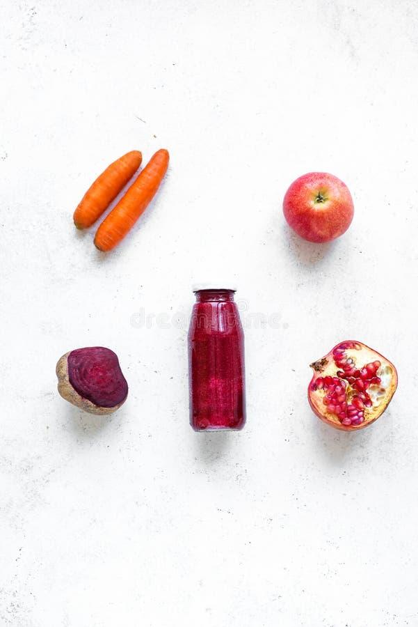 Purpere smoothie en ingrediënten royalty-vrije stock afbeelding