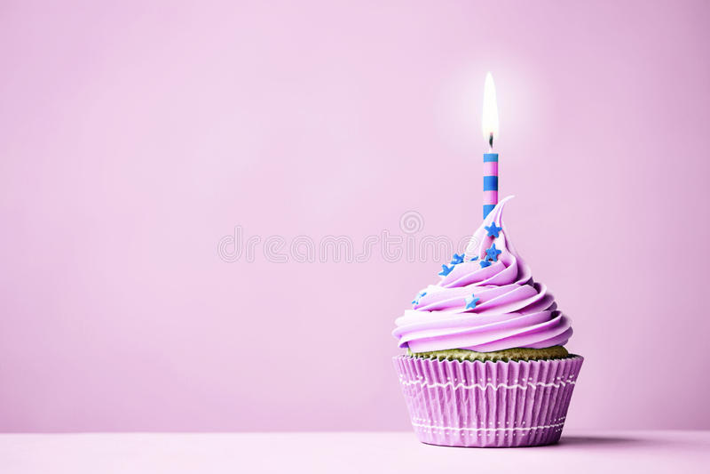 Purpere verjaardag cupcake royalty-vrije stock afbeelding