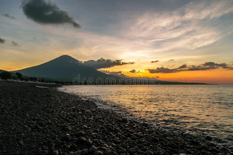 Purpere zonsondergang in Amed met de grootste vulkaan op Agung in Bali, Indonesië stock foto's
