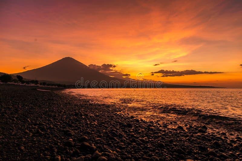 Purpere zonsondergang in Amed met de grootste vulkaan op Agung in Bali, Indonesië stock foto