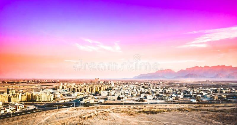 Purpere zonsondergang over cityscape van Yazd in Iran royalty-vrije stock afbeeldingen