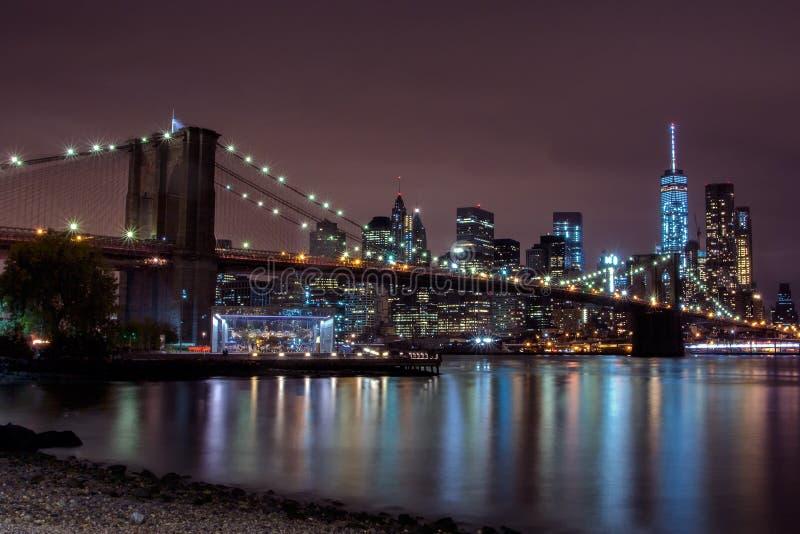 Purpere zonsondergangmening van de brug van Brooklyn en de lagere horizon van Manhattan stock foto's