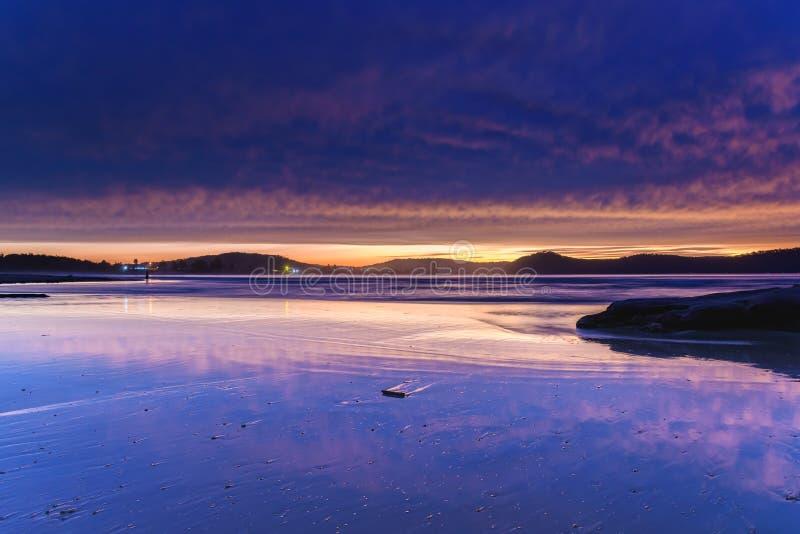Purple Cloud Covered Dawn Seascape royalty-vrije stock foto