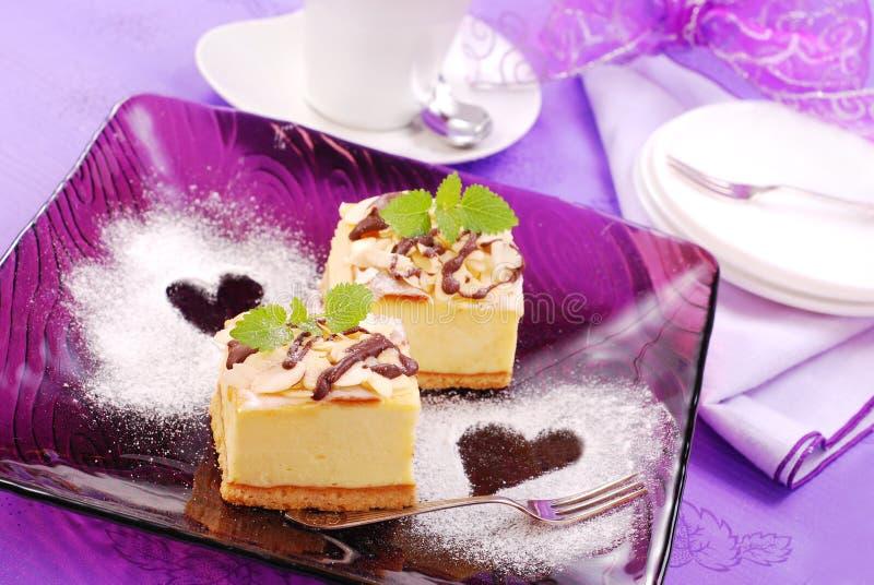 purple för cakeostplatta royaltyfri bild